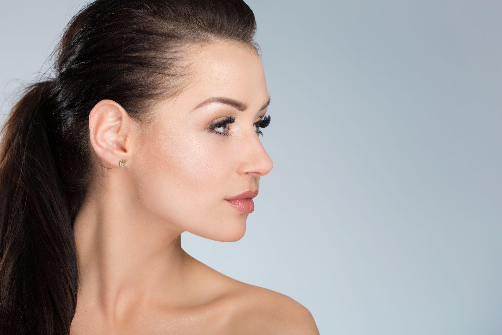 Jak wyszczuplić twarz? Makijaż, fryzura, ćwiczenia i inne sprytne metody